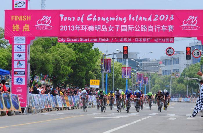 2013年,环太湖赛再次升级,从4市8站赛增加至5市9站赛,赛事级别升至UCI1.2级,比赛总里程达到990.4公里 参赛队伍覆盖五大洲,共有20余支车队130余名职业运动员,特别是实现了职业队参赛的突破;赛事奖金也从往年的20万美元提升到25万美元。 最终,土耳其TRK洲际队37岁的乌克兰籍老将尤瑞凭借良好的冲刺能力,从第一赛段开始就占据总成绩榜首,以20小时30分的总成绩夺得2013年环太湖赛的冠军。 2014年赛程: 时间:11月1-9日 地点:江苏、浙江 环南京国际公路自行车赛 环南京国际公路自