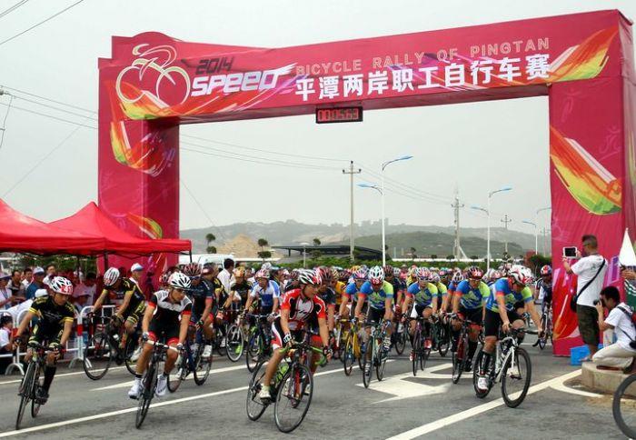 比赛17日上午在平潭海滨沙滩附近的环岛路举行,每圈15