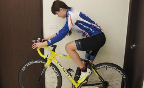 教單車女孩使用室內訓練台